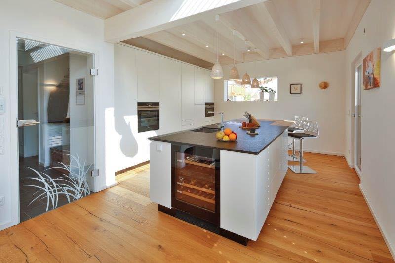 Küchenblock mit Getränkekühlschrank und Steinplatte